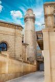 Μιναρές του μουσουλμανικού τεμένους Juma, mescidi Cume στην παλαιά πόλη του Μπακού, Αζερμπαϊτζάν στοκ εικόνες