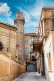 Μιναρές του μουσουλμανικού τεμένους Juma, mescidi Cume στην παλαιά πόλη του Μπακού, Αζερμπαϊτζάν στοκ φωτογραφίες