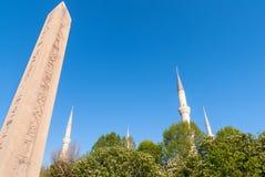 Μιναρές του μπλε μουσουλμανικού τεμένους και της αιγυπτιακής στήλης, Ιστανμπούλ στοκ εικόνα