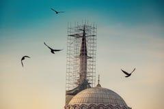 Μιναρές των οθωμανικών μουσουλμανικών τεμενών κατά την άποψη στοκ εικόνα με δικαίωμα ελεύθερης χρήσης
