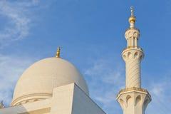Μιναρή και θόλοι του μουσουλμανικού τεμένους ενάντια στους μπλε ουρανούς στοκ φωτογραφίες με δικαίωμα ελεύθερης χρήσης