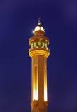 Μιναρή του μουσουλμανικού τεμένους Al Fateh του Μπαχρέιν που φωτίζεται στις μπλε ώρες Στοκ φωτογραφία με δικαίωμα ελεύθερης χρήσης