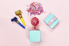 μινιμαλισμός υπόβαθρο κομμάτων, κιβώτιο δώρων, μπαλόνι, κομφετί, ιώδες υπόβαθρο, διάστημα αντιγράφων γενέθλια ευτυχή Στοκ φωτογραφίες με δικαίωμα ελεύθερης χρήσης