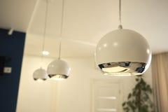 Μινιμαλιστικός λαμπτήρας στο στούντιο κουζινών στοκ φωτογραφία με δικαίωμα ελεύθερης χρήσης
