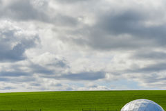 Μινιμαλιστικό αγροτικό έδαφος κάτω από το μεγάλο ουρανό Στοκ φωτογραφίες με δικαίωμα ελεύθερης χρήσης
