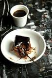 Μινιμαλιστικό, καλλιτεχνικό πρόγευμα με τον καφέ και κέικ σοκολάτας Στοκ Φωτογραφίες