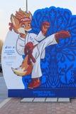 Μινσκ Λευκορωσία - 4 Απριλίου 2019: chanterelle-μασκότ των 2$ων ευρωπαϊκών παιχνιδιών στην οδό του Μινσκ στοκ φωτογραφίες