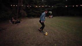 Μινσκ, Λευκορωσία - 9 Ιουλίου 2016: Δύο νέοι όμορφοι επιχειρηματίες που παίζουν το ποδόσφαιρο/το ποδόσφαιρο υπαίθρια σε ένα πάρκο απόθεμα βίντεο
