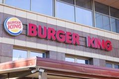 Μινσκ, Λευκορωσία - 8 Ιουλίου 2018: Πινακίδα Burger King επιγραφής στην πρόσοψη του κτηρίου στο Μινσκ στοκ φωτογραφίες