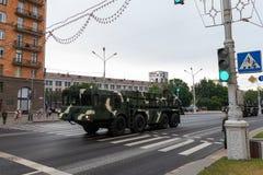 Μινσκ, Λευκορωσία - 1 Ιουλίου 2019: στρατιωτικός εξοπλισμός στο κέντρο πόλεων σε μια πρόβα για την παρέλαση της ημέρας της ανεξαρ στοκ εικόνα