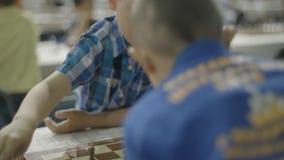 Μινσκ, Λευκορωσία - 22 Ιουνίου 2018 Πορτρέτο του σκακιού παιχνιδιού αγοριών στο πρωτάθλημα απόθεμα βίντεο