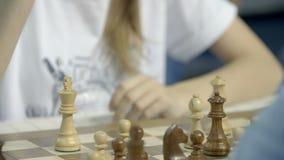 Μινσκ, Λευκορωσία - 25 Ιουνίου 2018 Πρωτάθλημα σκακιού παγκόσμιων μαθητών στρατιωτικής σχολής Σκάκι παιχνιδιού κοριτσιών απόθεμα βίντεο