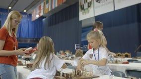 Μινσκ, Λευκορωσία - 22 Ιουνίου 2018 Τα κορίτσια παίζουν το σκάκι στο πρωτάθλημα απόθεμα βίντεο