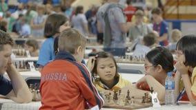Μινσκ, Λευκορωσία - 22 Ιουνίου 2018 Τα παιδιά παίζουν το σκάκι στο διεθνές champ φιλμ μικρού μήκους