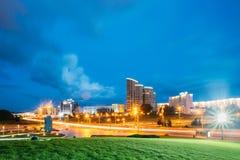 Μινσκ, Λευκορωσία Κυκλοφορία νύχτας στη φωτισμένη οδό Pobediteley Στοκ φωτογραφία με δικαίωμα ελεύθερης χρήσης