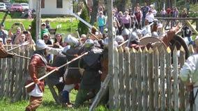 Μινσκ, Λευκορωσία - 13 Μαΐου 2017: Μάχη των μεσαιωνικών ιπποτών μονομαχία Φεστιβάλ της στρατιωτικής ιστορικής αναδημιουργίας φιλμ μικρού μήκους
