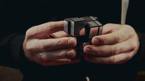Μινσκ, Λευκορωσία - 20 Νοεμβρίου 2017: Τα αγόρια δίνουν την επίλυση του κύβου Rubik ` s, φραγμός καθρεφτών απόθεμα βίντεο