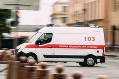 Μινσκ, Λευκορωσία Emergency Ambulance Van Car Moving στην οδό ένα καλοκαίρι στοκ φωτογραφία με δικαίωμα ελεύθερης χρήσης