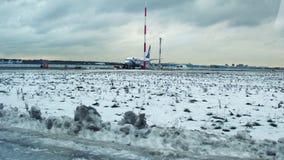 ΜΙΝΣΚ, ΛΕΥΚΟΡΩΣΙΑΣ - 25 ΝΟΕΜΒΡΙΟΥ, 2016 Επιβατηγό αεροσκάφος Belavia που διατηρείται στο βίντεο αερολιμένων 4K απόθεμα βίντεο