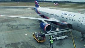 ΜΙΝΣΚ, ΛΕΥΚΟΡΩΣΙΑΣ - 25 ΝΟΕΜΒΡΙΟΥ, 2016 Ρωσικές αποσκευές επιβατηγών αεροσκαφών airbus Αεροφλότ A320 που ξεφορτώνονται στον αερολ απόθεμα βίντεο