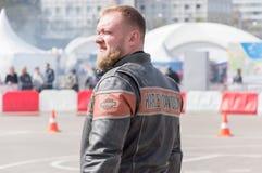 ΜΙΝΣΚ, ΛΕΥΚΟΡΩΣΙΑ - 24 ΑΠΡΙΛΊΟΥ 2016 ΓΟΥΡΟΥΝΙ Η ανοίγοντας οδηγώντας εποχή ομάδας ιδιοκτητών του Harley παρουσιάζει Άποψη κινηματ Στοκ Εικόνα