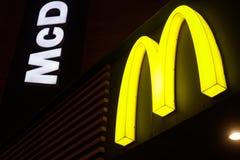 ΜΙΝΣΚ, ΛΕΥΚΟΡΩΣΙΑ - 8 Ιανουαρίου 2018: Λογότυπο Mcdonald τη νύχτα Το Mcdonald είναι η παγκόσμια μεγαλύτερη αλυσίδα του γρήγορου φ στοκ φωτογραφίες