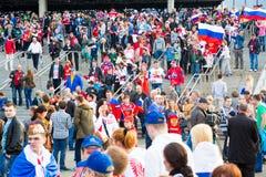 ΜΙΝΣΚ, ΛΕΥΚΟΡΩΣΙΑ - 9 Μαΐου - ρωσικοί ανεμιστήρες μπροστά από Στοκ εικόνα με δικαίωμα ελεύθερης χρήσης