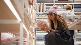 ΜΙΝΣΚ, ΛΕΥΚΟΡΩΣΙΑ - 10 ΟΚΤΩΒΡΊΟΥ 2017 Εσωτερικός εγχώριος μαγαζί λιανικής πώλησης της Zara στο Μινσκ Ένα νέο θηλυκό hipster στα γ στοκ φωτογραφίες με δικαίωμα ελεύθερης χρήσης