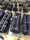 ΜΙΝΣΚ, ΛΕΥΚΟΡΩΣΙΑ, ΣΤΙΣ 24 ΑΠΡΙΛΊΟΥ 2018  Εμπορικό κέντρο, ενδύματα που κρεμά στα ράφια Οι αγοραστές κάνουν μια επιλογή, οι πωλητ στοκ εικόνα