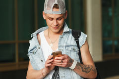ΜΙΝΣΚ - ΜΠΟΡΕΣΤΕ, 27: Χέρι ατόμων που κρατά το νέο αμφιβληστροειδή iPhone 6s απομονωμένο στο ομοιόμορφο υπόβαθρο, ΜΙΝΣΚ - 27 ΜΑΪΟ Στοκ Εικόνες
