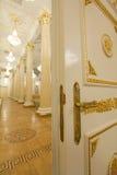 Μισάνοιχτη προοπτική πορτών - χρυσή αίθουσα χορού πολυτέλειας στοκ φωτογραφίες