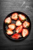 Μισά της φράουλας στο παλαιό πιάτο Στοκ Εικόνες