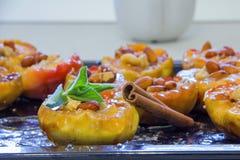 Μισά των ψημένων μήλων με τα καρύδια στη σάλτσα καραμέλας στο τηγάνι Στοκ φωτογραφίες με δικαίωμα ελεύθερης χρήσης