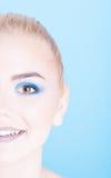 Μισή κινηματογράφηση σε πρώτο πλάνο προσώπου του κοριτσιού με τη χρωματισμένη σύνθεση Στοκ Εικόνες