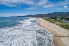 Μισή κρατική παραλία κόλπων φεγγαριών σε Καλιφόρνια στοκ εικόνες