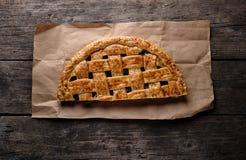 μισή πίτα κερασιών σε καφετί χαρτί στοκ φωτογραφίες