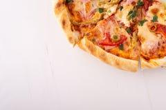 Μισή πίτσα στην άσπρη ξύλινη διαστημική τοπ άποψη αντιγράφων υποβάθρου στοκ εικόνες
