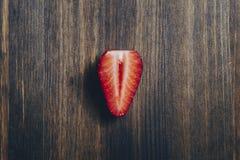 Μισή φρέσκια φράουλα σε ένα ξύλινο υπόβαθρο στοκ εικόνες