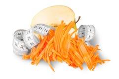 Μισή Apple με τα ξυμένα καρότα και τη μέτρηση ραψίματος Στοκ Φωτογραφία