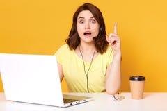 Μισή lengh φωτογραφία της συνεδρίασης εργαζομένων γραφείων με το ανοιγμένα στόμα και τα μάτια, συνεδρίαση με τον αυξημένο δείκτη, στοκ εικόνες με δικαίωμα ελεύθερης χρήσης