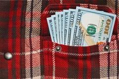 Μισθός στην ελεγμένη τσέπη πουκάμισων εργασίας στοκ εικόνες