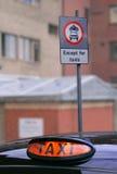 μισθώστε το ελαφρύ ταξί του Λονδίνου του που γυρίζουν Στοκ Φωτογραφίες