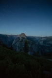 Μισοί θόλος και κοιλάδα Yosemite κατά τη διάρκεια της νύχτας με τα αστέρια στο υπόβαθρο Στοκ Εικόνες