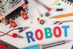 ΜΙΣΧΟΣ ή ηλεκτρονική εξάρτηση DIY, ιδέες ανταγωνισμού ρομπότ καταδίωξης γραμμών Στοκ Εικόνες