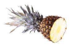 Μισός ανανάς στο άσπρο υπόβαθρο ανανάς που τεμαχίζεται Στοκ εικόνα με δικαίωμα ελεύθερης χρήσης