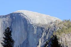 Μισός θόλος, εθνικό πάρκο Yosemite, άποψη Καλιφόρνιας από το χωριό κάρρυ Στοκ εικόνα με δικαίωμα ελεύθερης χρήσης