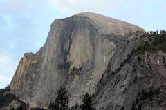 Μισός θόλος, εθνικό πάρκο Yosemite, άποψη Καλιφόρνιας από το χωριό κάρρυ Στοκ εικόνες με δικαίωμα ελεύθερης χρήσης