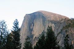 Μισός θόλος, εθνικό πάρκο Yosemite, άποψη Καλιφόρνιας από το χωριό κάρρυ Στοκ Φωτογραφία