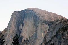 Μισός θόλος, εθνικό πάρκο Yosemite, άποψη Καλιφόρνιας από το χωριό κάρρυ Στοκ Εικόνα