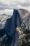 Μισός θόλος και περιβάλλον πάρκο Yosemite αιχμών βουνών εθνικό Στοκ εικόνες με δικαίωμα ελεύθερης χρήσης
